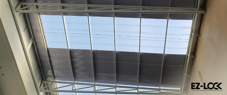 atap baja ringan bening transparan ezlock sebagai skylight