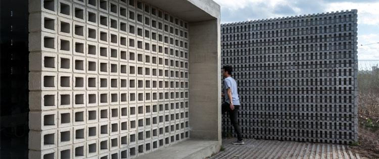 roster beton minimalis sebagai partisi dinding